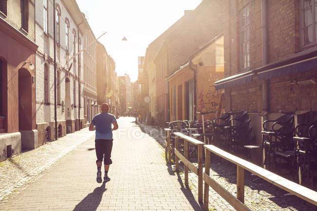 Homem correndo na cidade velha — Fotografia de Stock