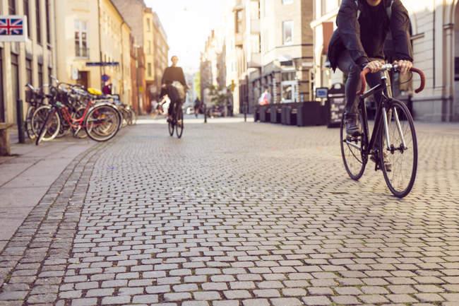 Gente montando bicicletas - foto de stock