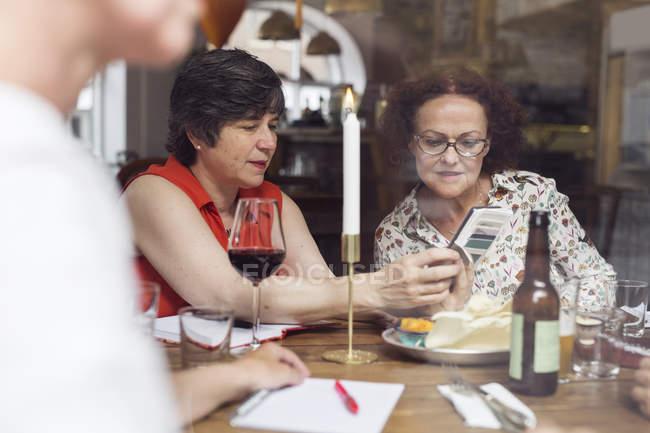 Donne che guardano il cellulare — Foto stock