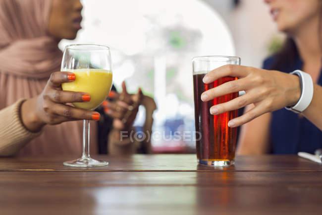 Женщины разговаривают и пьют сок — стоковое фото