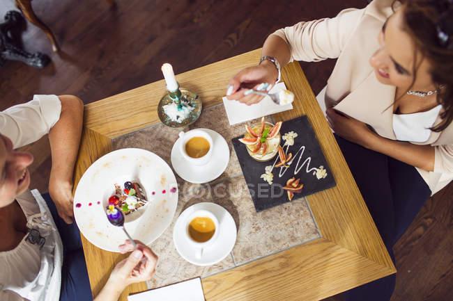 Women eating dessert — Stock Photo