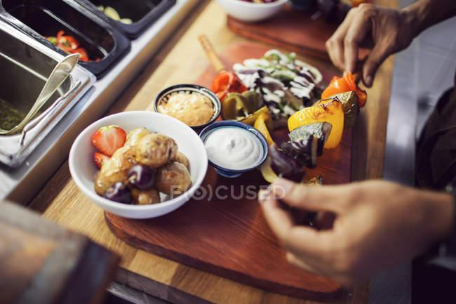 Chef preparing vegetarian shashlik — Stock Photo