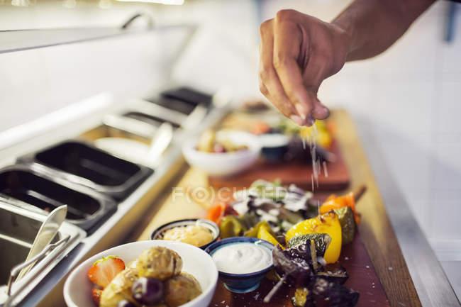 Cuadro de mujeres cocineras en bandeja con varios aperitivos en el restaurante. - foto de stock
