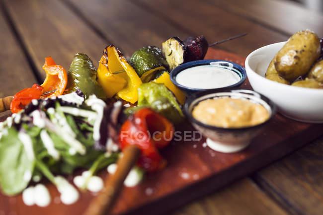 Vegetarian shashlik with dip — Stock Photo