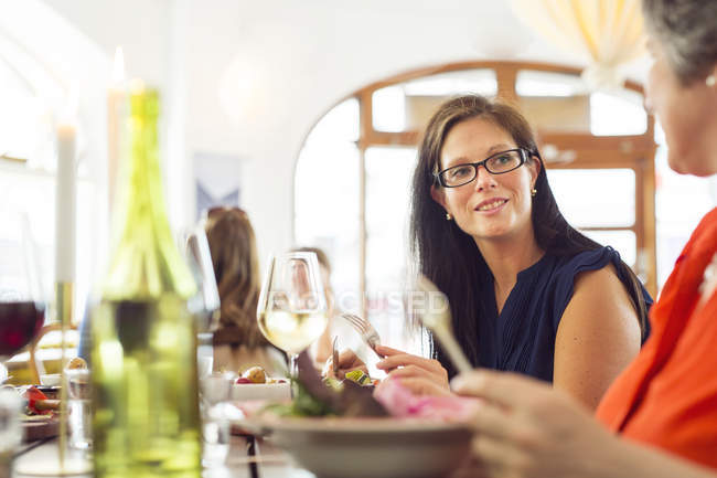 Women talking during lunch — Stock Photo