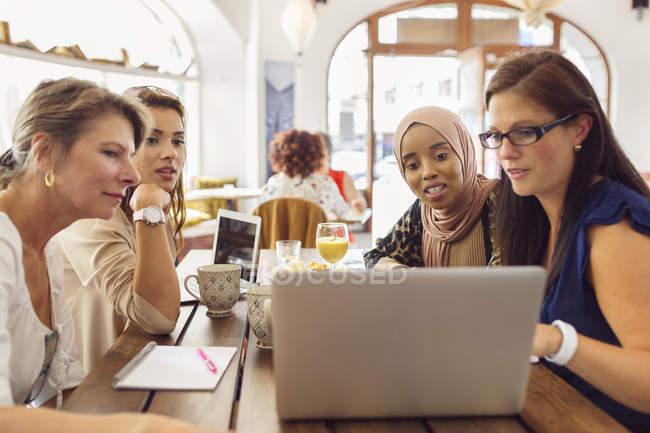 Donne d'affari che utilizzano il computer portatile — Foto stock