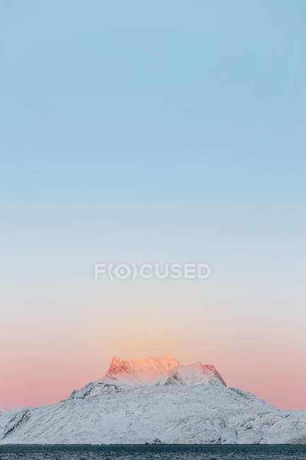 Snowcapped гори на заході сонця — стокове фото