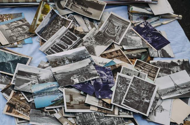 Старые фотографии на столе — стоковое фото