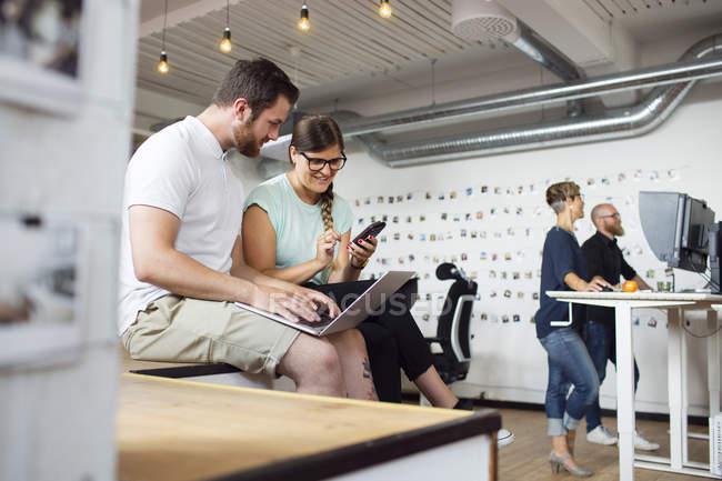 Colleghe che lavorano in ufficio moderno — Foto stock