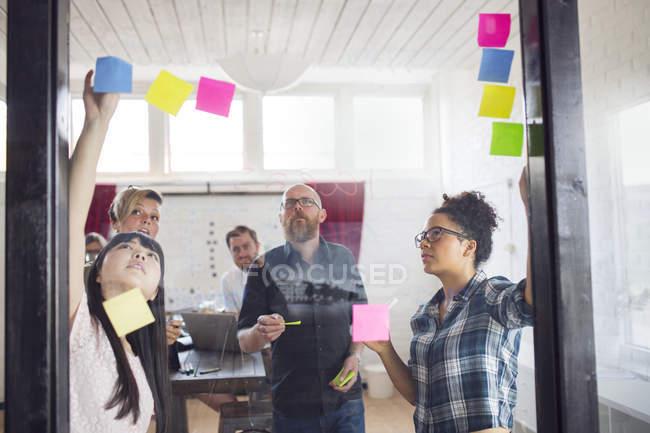 Collègues de travail au bureau de remue-méninges — Photo de stock