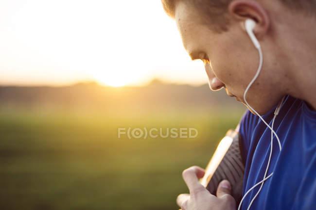 Mann kontrolliert Blutdruck — Stockfoto