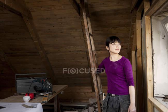 Frau im alten Dachboden — Stockfoto