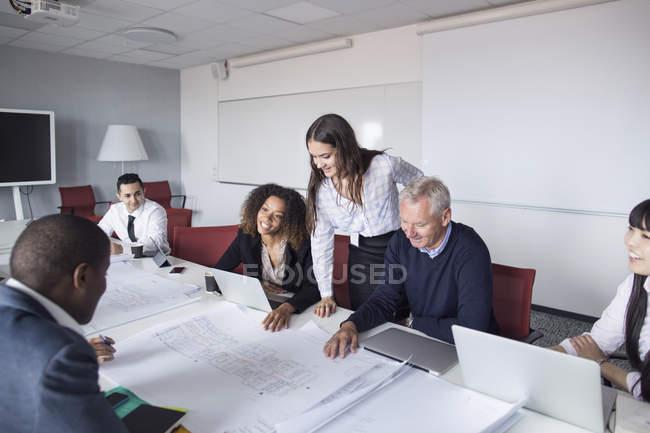 Team von Architekten, die mit Blaupausen — Stockfoto