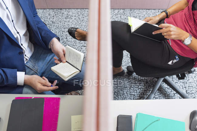 Колеги, сидячи в офісі з ноутбуками — стокове фото
