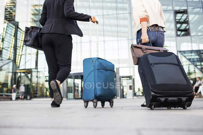 Geschäftsfrauen laufen am Hauptbahnhof vorbei — Stockfoto