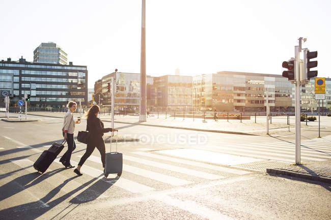 Businesswomen crossing street — Stock Photo