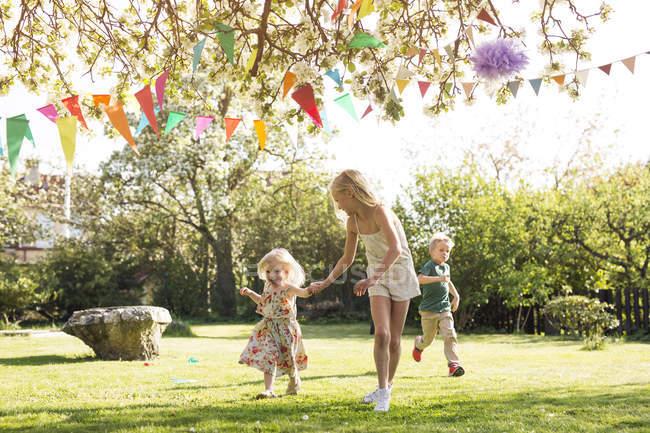 Crianças correndo no jardim — Fotografia de Stock