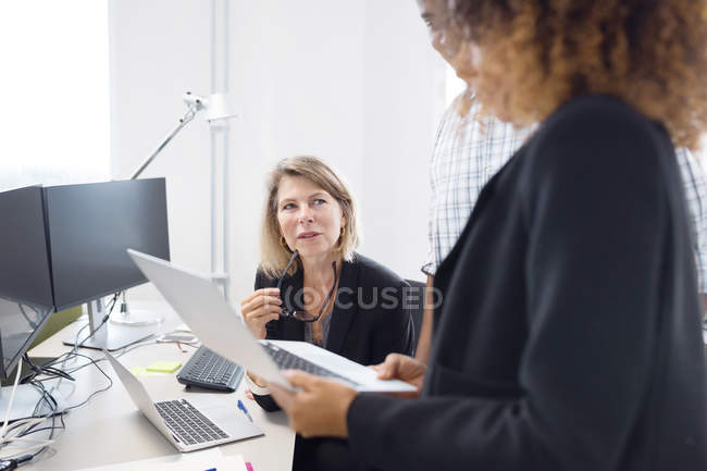 Colleagues discussing work — Stock Photo