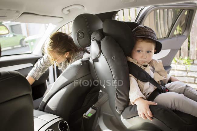 Малюк хлопчик, сидячи в машині — стокове фото
