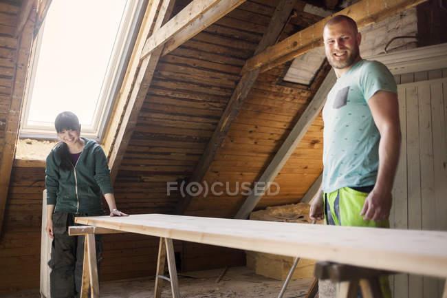 Paar Arbeiten zu alten Dachboden renovieren — Stockfoto