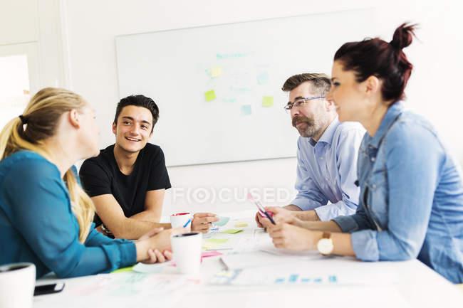 Коллеги разговаривают во время деловой встречи — стоковое фото