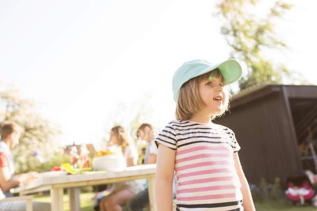 Jeune fille à la casquette de baseball à la Garden-Party — Photo de stock