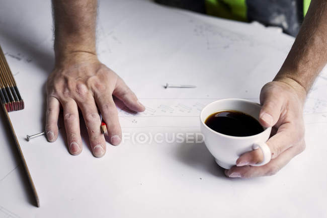 Male hands with coffee cup — Stock Photo