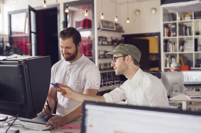 Hommes travaillant dans les bureaux modernes — Photo de stock