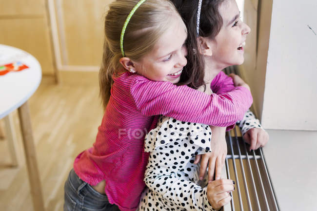 Обійматися друг дівчини зі спини — стокове фото