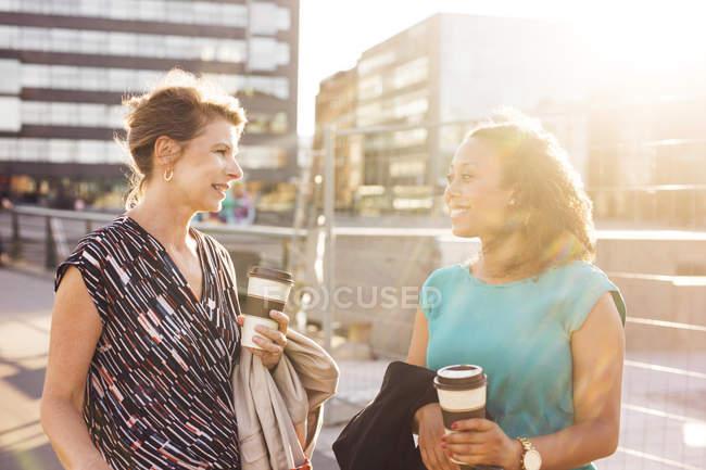 Femmes d'affaires parlant et souriant — Photo de stock