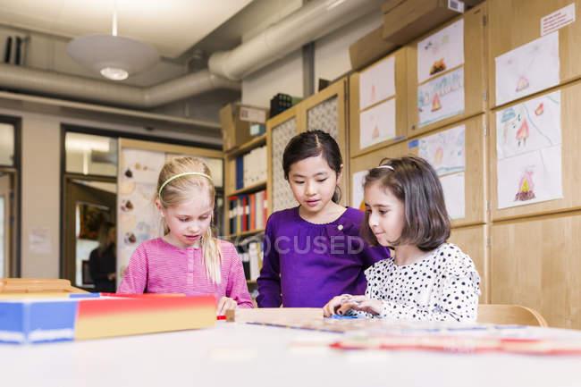 Mädchen spielen im Klassenzimmer — Stockfoto