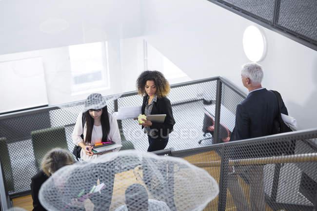 Kollegen, die Treppen hinunter — Stockfoto