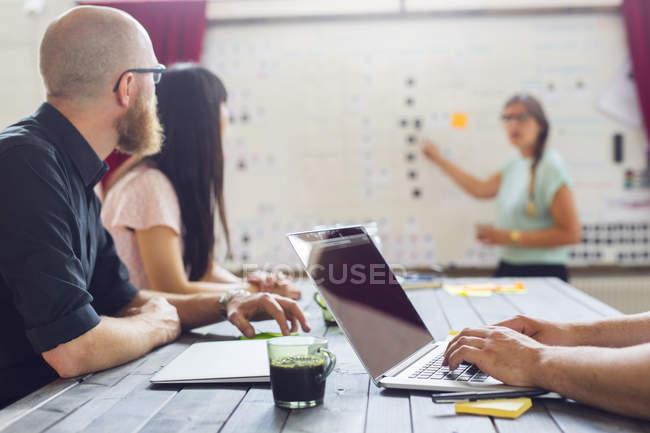 Colegas de trabalho no escritório moderno — Fotografia de Stock