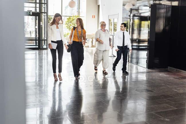 Colleghi che attraversano la hall — Foto stock