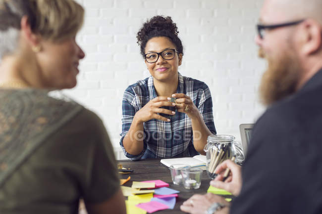 Coworkers discussing work — Stock Photo