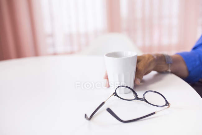 Hand holding coffee cup — Stock Photo