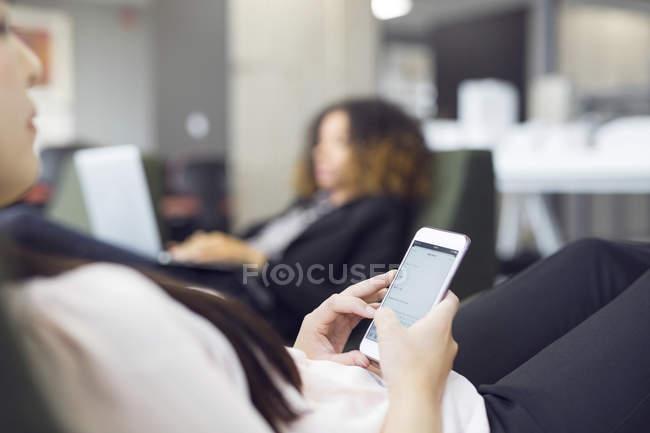 Femme à l'aide de smartphone — Photo de stock