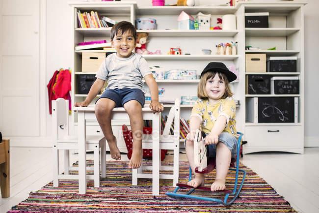 Діти граються в кімнаті. — стокове фото