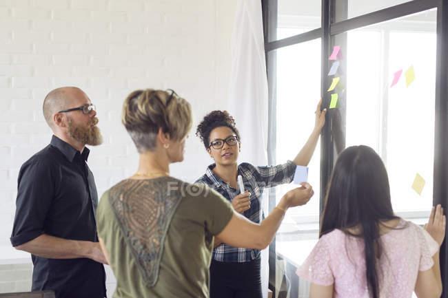 Співробітники, які працюють у сучасному офісі — стокове фото