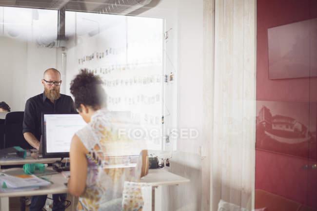 Männer und Frauen arbeiten im Büro — Stockfoto