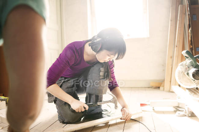Woman working with hammer — Stock Photo