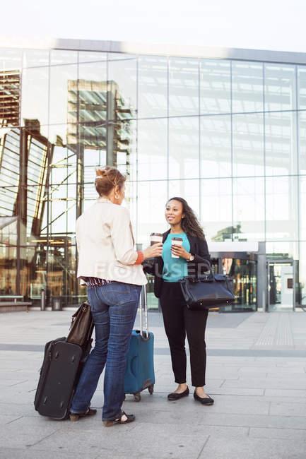Imprenditrici che parlano alla stazione centrale — Foto stock