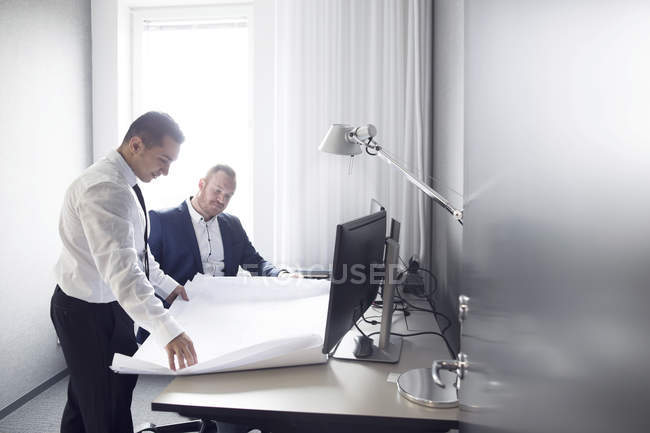 Colleagues discussing work in office — Stock Photo