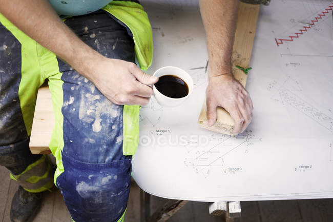 Человек отдыхает с чашкой кофе — стоковое фото