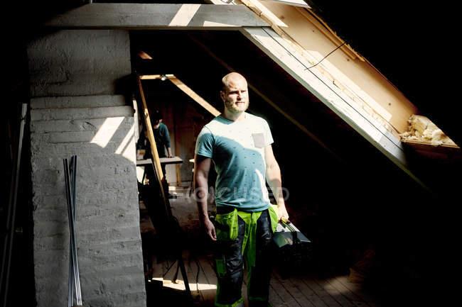 Mann, der im Sonnenlicht — Stockfoto