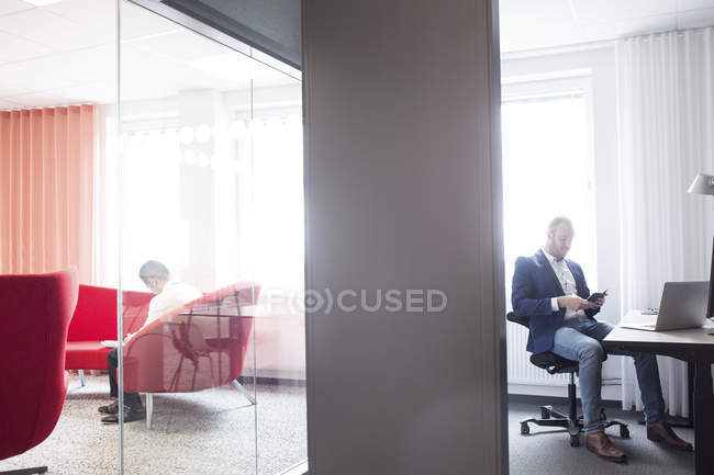 Männer sitzen im modernen Büro — Stockfoto