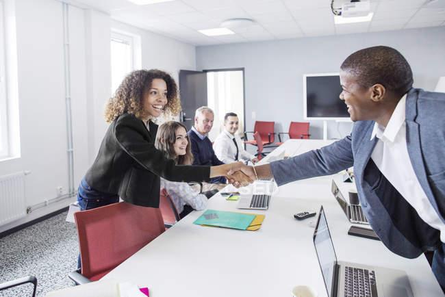 Handshaking collègues au bureau — Photo de stock