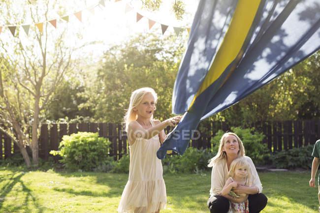 Madre con il bambino che guarda la bandiera svedese di figlia della holding — Foto stock