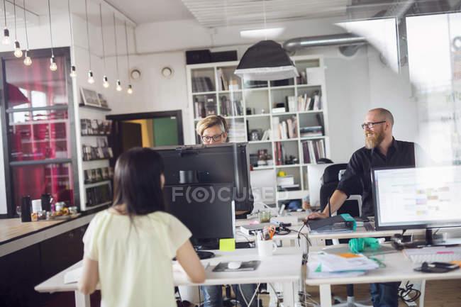 Mitarbeiter im Büro arbeiten — Stockfoto