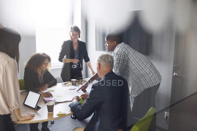 Colleghi che lavorano in ufficio — Foto stock
